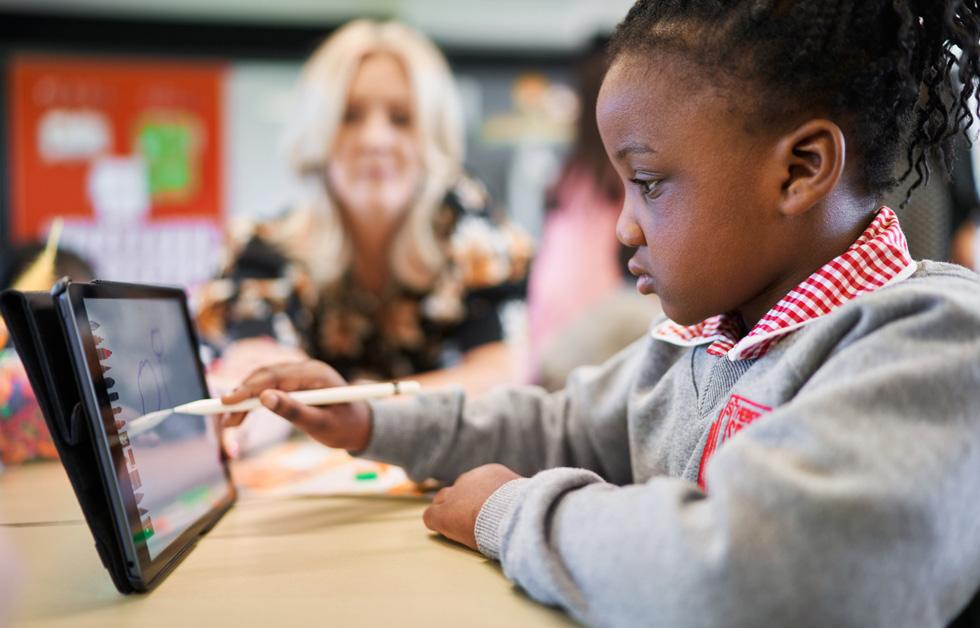 Nasarah Wahab uses Apple Pencil and iPad in class.